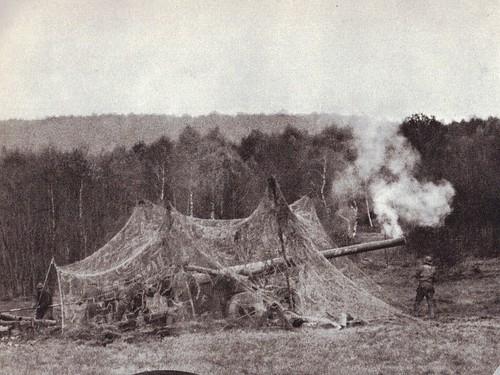 1944 - Vosges- Pièce de 155 long en batterie sous filet de camouflage - Source : éditions GP - Du Tchad au Danube