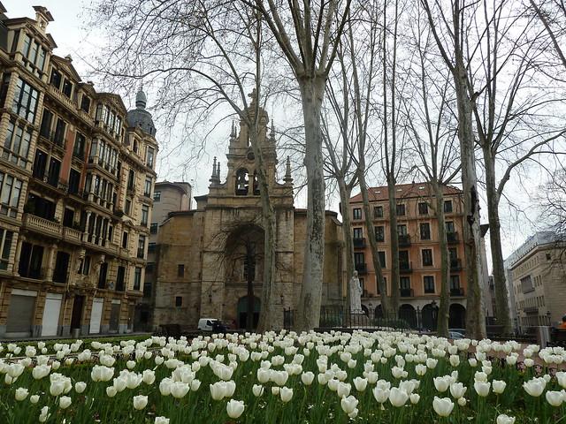 Foto de iglesia de san vicente por los jardines de albia for Jardines de albia