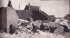 1945- Alsace- Fantassins progressant dans les ruines d'un hameau - source : Du Tchad au Danube - Ed GP, 1946