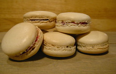 macarons with raspberry filling