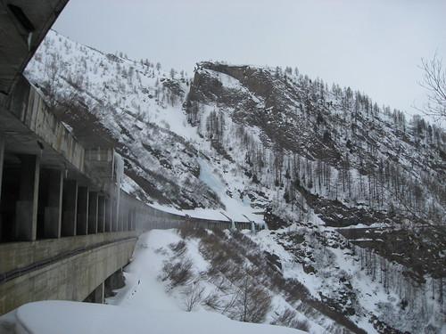Il paravalanghe e sulla dx in alto la cascata