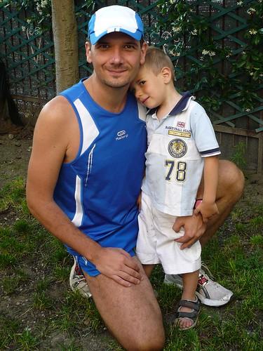 2008-06-22 Giovanni saluta il suo papà prima di un allenamento (ritagliata)