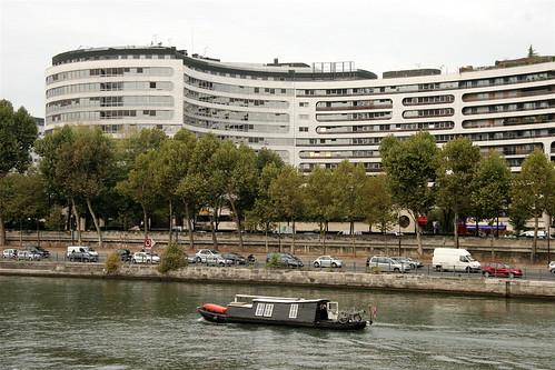 bateau descendant la Seine en sens inverse des dizaines de milliers d'automobilistes