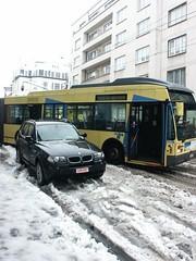 Auto blokkeert slippende bus