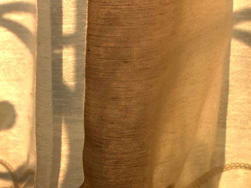 jeu de rideau dans la lumière