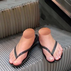 EscalatorFeet.jpg