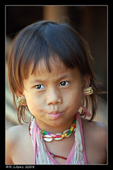 Retrato de una niña en Mae Hong Son photo by RauLopez