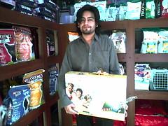 Alexis recibe su DVD de premio en Central Veterinaria ! santiago centro