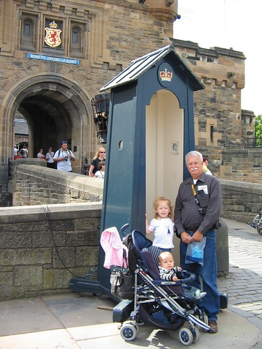 dad_kids_outside_edinburgh_castle