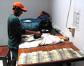 marchapril-2005-ironing-banknotes-saumlaki-tanimbars