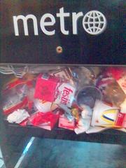 Tidningslåda för Metro full av skräp