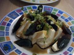 Ensalada de tofu con huevos negros