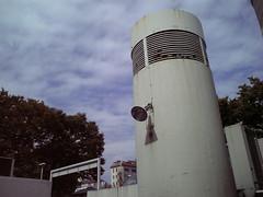 中野サンプラザの裏口で