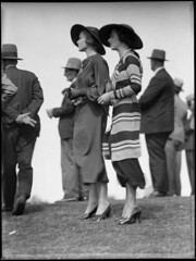 Racegoers at Warwick Farm racecourse photo by Powerhouse Museum Collection