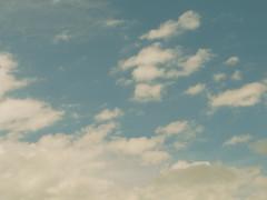 En esta tarde azul mis pensamientos viajan como nubes photo by Rodrigo Piedra