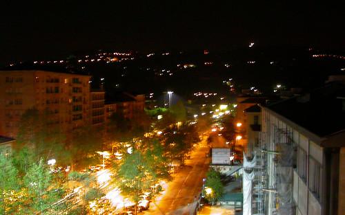 Vue nocturne d'une rue