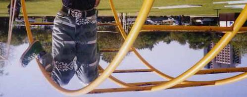 jeans de pernas para o ar
