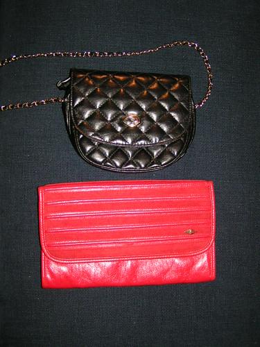 Svart, quiltad väska & röd kuvertväska