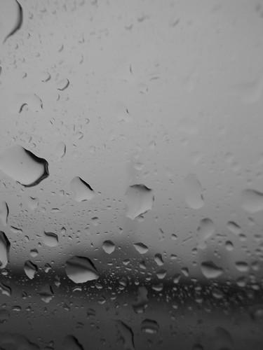 行动的车窗上的水珠