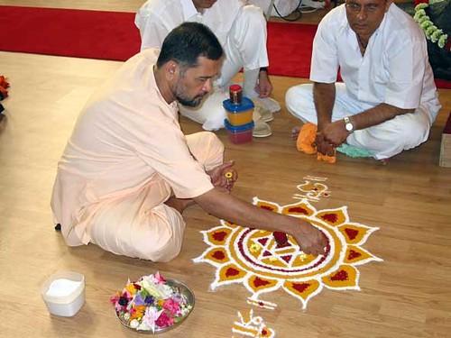 Sri Prabhudananda Saraswati Maharaj drawing a Mandala