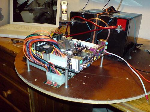 CarPC Und Batterie auf Grundplatte