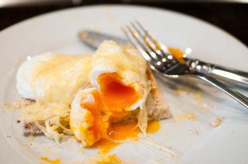 Gepocheerd ei op een toast met kaas en mosterd