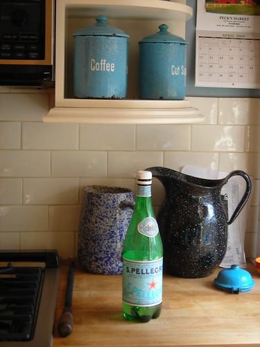 virtuves stalas vyno butelis
