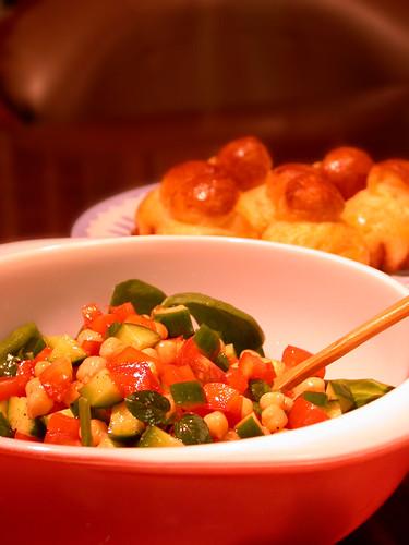豆サラダとブリオッシュ