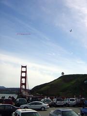 Flugzeug über der Brücke