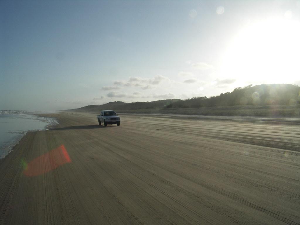 Bei Ebbe verwandelt sich der Strand von Fraser Island in eine Autobahn fuer Allradfahrzeuge.