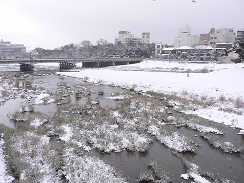 鴨川も雪景色