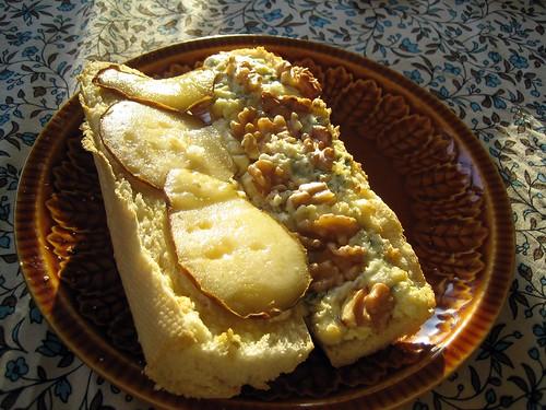 Stokbroodje met peer, blauwe kaas en walnoten
