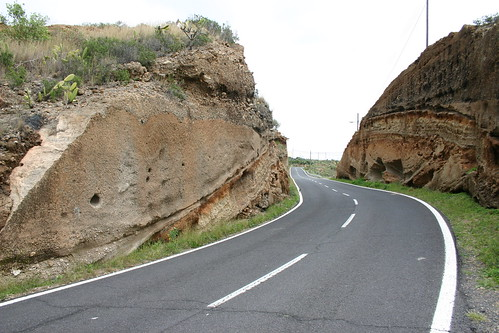 The road cutting its way through the pumice...