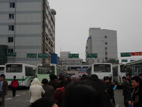 成都五桂桥客运中心站旁的短途公交