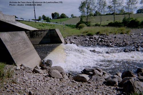 Arrivée de l'eau dans la retenue de Lastioulles (Cantal)