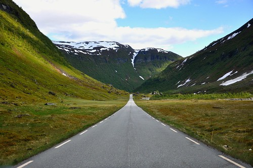 Norwegian road photo by Martin Ystenes - http://hei.cc