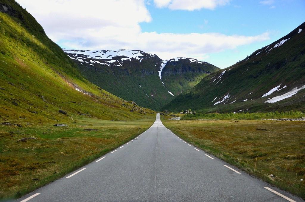 Norwegian road photo by Martin Ystenes - http://hei.cc