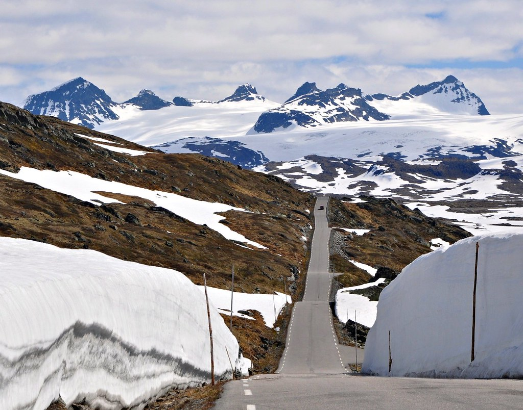 Sognefjellsveien mountain road, mid June photo by Martin Ystenes - http://hei.cc