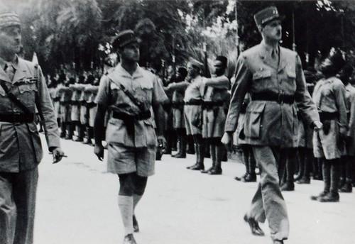 BM 2 - 1941 - Aout 19 - Amiel présente la Cie du BM2 - Catroux, AMiel, sergent chef Riff entre Amiel et de Gaulle) , de Gaulle - Fonds Amiel