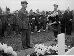 Alsace- 1945 -Obenheim- Delange chef de la délégation de la division  au cimetière - ADFL