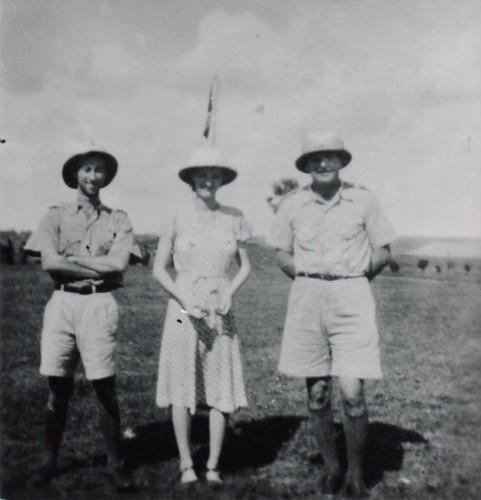 BM 2- 1940 sep Berberati- Mme Amiel entre les Lts Feraud et Gabard