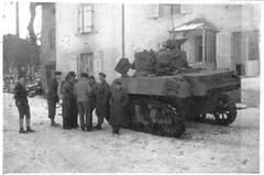 Franche Comté  1944 - Doncières - char du RFM sur lequel se trouvaient les  Cuirassiers en soutien porté - Fonds Gérard Galland