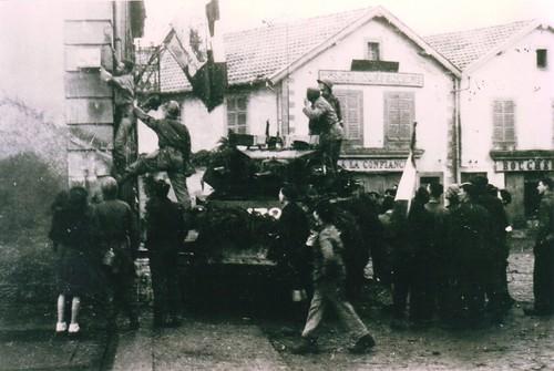 Franche Comté- 1944 - 19 novembre - Libération de Champagney - arrachage de la plaque du Maréchal Pétain par le RFM et le 11e Cuirassiers- Col. Gérard Galland