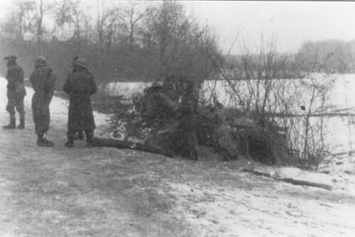 1945- Alsace- Janvier : le  11e Cuirassiers en position dans le bois de Rossfeld - Fonds Gérard Galland