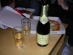 Champagne och pizza till Elliotts ära