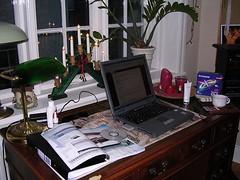 Rörigt skrivbord liten