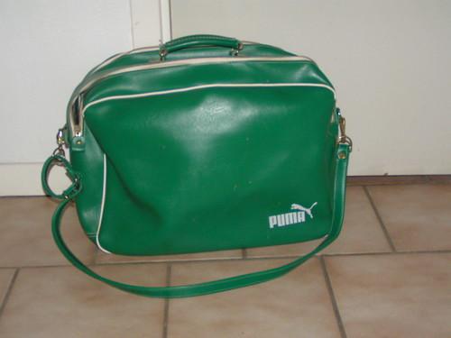 Grön vintage pumaväska.