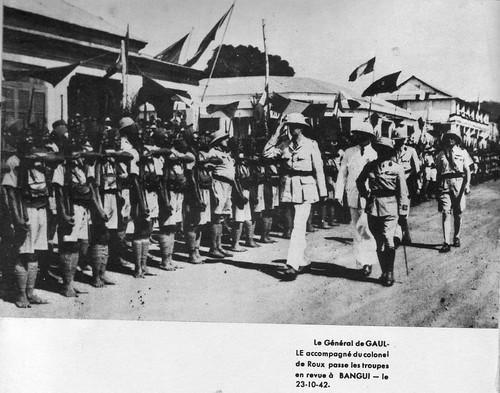 BM 2 - 1940- Afrique- Bangui-  De Gaulle passe les troupes en revue avec Robert de Roux