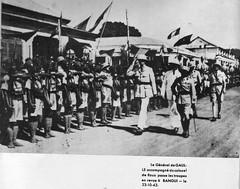 BM 2 - 1942- Afrique- Bangui-  De Gaulle passe les troupes en revue avec Robert de Roux