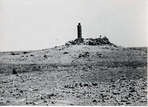 BM 2- 1942 - Libye- cyrénaique 42 une borne dans le desert - Fonds Amiel